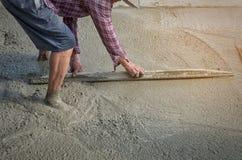 Персона работников не нося грязь boots выкапывать с лопаткоулавливателем сапки Стоковая Фотография RF