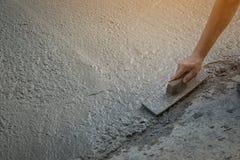 Персона работников не нося грязь boots выкапывать с лопаткоулавливателем сапки Стоковое Изображение RF
