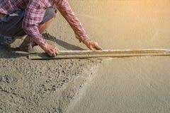 Персона работников не нося грязь boots выкапывать с лопаткоулавливателем сапки Стоковые Изображения RF