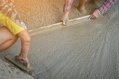 Персона работников не нося грязь boots выкапывать с лопаткоулавливателем сапки Стоковые Изображения