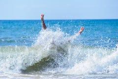 Персона скача на волну Стоковая Фотография