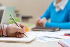 Персона состава деловой встречи делая примечания с карандашем Стоковые Изображения