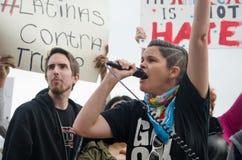 Персона с микрофоном на протесте козыря стоковое фото rf