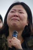 Персона с микрофоном на протесте козыря стоковое изображение