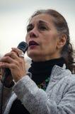 Персона с микрофоном на протесте козыря стоковые изображения