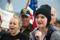 Персона с микрофоном на протесте козыря стоковая фотография