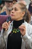 Персона с микрофоном на протесте козыря стоковые изображения rf