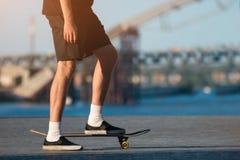 Персона с скейтбордом внешним стоковое изображение