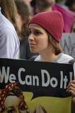 Персона слушая на протесте козыря стоковые изображения