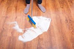 Персона чистки подметая деревянный пол Стоковые Изображения