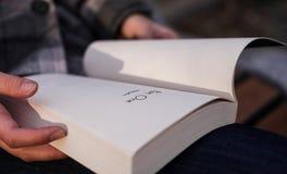 Персона читая книгу Стоковое Фото