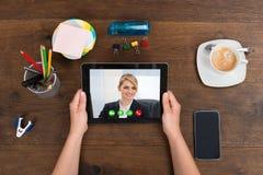 Персона Videochatting на таблетке цифров Стоковое Изображение