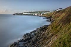 Перспектива береговой линии, с дистантным взглядом Portscatho, Корнуолл стоковые фотографии rf
