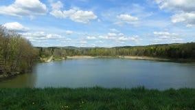 Перспектива весеннего времени запруды Sullivanville под голубыми небесами стоковые фотографии rf