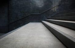 Перспектива лестницы и перил на конкретных или мраморных стенах Стоковые Изображения RF