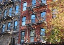 Перспектива лестниц пожарной лестницы на блоке жилого дома Стоковая Фотография RF