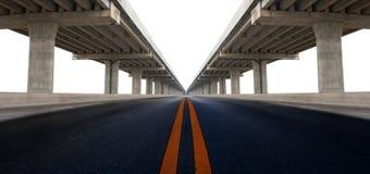Перспектива на конструкции штосселя моста и изолированное raod асфальта Стоковая Фотография RF