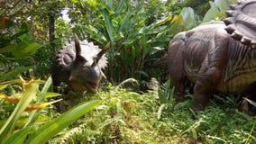 Перспектива низкого угла, робот трицератопса, динозавр фото Herbivora, от Северной Америки и Канады на искусственном лесе стоковая фотография