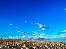Перспектива песчаного пляжа Голубые воды бирюзы в испанских побережьях стоковые фото