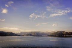Перспектива под разбросанными белыми облаками на голубых небесах, золотой час берега моря Agean Стоковые Изображения