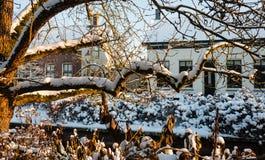 Перспектива покрытых снег домов в голландской деревне Стоковые Изображения RF