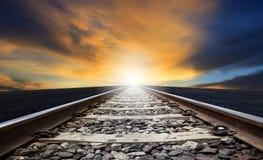 Перспектива пути рельса против красивой dusky пользы неба для земли Стоковая Фотография