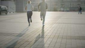 Перспектива сняла пар бежать в городской площади, элегантном замедлении jogging акции видеоматериалы