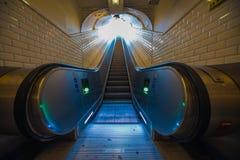 Перспектива эскалатора к метро Парижу тоннеля выхода стоковая фотография rf