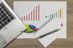 перста данным по анализа близкие завертывают женщину в бумагу взгляда карандаша Стоковое фото RF