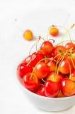 перста вишни ягод предпосылки держат белизну Сельское хозяйство Конец-вверх Взгляд сверху Стоковое фото RF