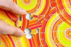 перста держа головоломку Стоковая Фотография RF
