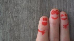 перста счастливые красивые стороны покрашенные на пальцах ноги сток-видео