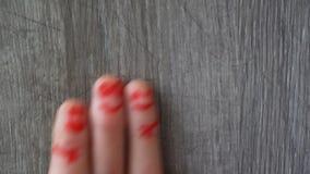 перста счастливые красивые стороны покрашенные на пальцах ноги акции видеоматериалы