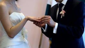 перст невесты кладя венчание кольца s видеоматериал