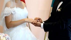 перст невесты кладя венчание кольца s акции видеоматериалы