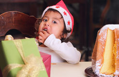 Перст ребенка рождества лижа сахар стоковая фотография rf