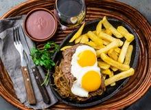 Перуанская латино-американская еда Lomo pobre lo Жалуйтесь зажаренные whit фрай и яичка француза картошек Стоковая Фотография RF