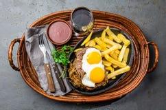 Перуанская латино-американская еда Lomo pobre lo Жалуйтесь зажаренные whit фрай и яичка француза картошек Стоковые Фотографии RF