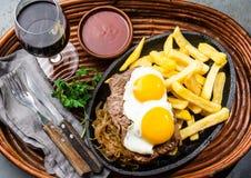 Перуанская латино-американская еда Lomo pobre lo Жалуйтесь зажаренные whit фрай и яичка француза картошек Стоковое Изображение RF