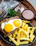 Перуанская латино-американская еда Lomo pobre lo Жалуйтесь зажаренные whit фрай и яичка француза картошек Стоковые Изображения