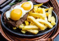 Перуанская латино-американская еда Lomo pobre lo Жалуйтесь зажаренные whit фрай и яичка француза картошек Стоковая Фотография