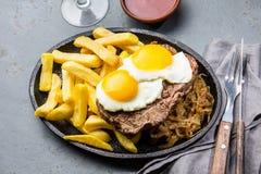 Перуанская латино-американская еда Lomo pobre lo Жалуйтесь зажаренные whit фрай и яичка француза картошек Взгляд сверху Стоковое фото RF