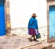 Перуанская пожилая женщина в традиционном платье на улице Cusco, Перу, Латинской Америки горизонтальная, коричневая шляпа стоковая фотография