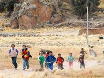 Перуанские дети бежать, Перу Стоковые Изображения RF