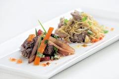 Перуанское блюдо вызвало Lomo Saltado сделанный из томата, мяса говядины и луков смешанных с французскими фраями стоковые фотографии rf