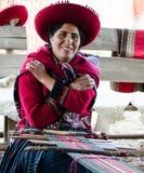 Перу, ткач дамы, представляет на ее тени пока соткать родные одежды Стоковые Изображения RF