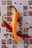2 перца chili на керамической плитке Стоковые Фотографии RF