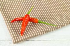 2 перца chili на салфетке Стоковое Изображение RF
