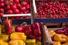 Перцы и томаты в под открытым небом рынке, Палермо, Италии стоковое изображение rf