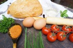 перцы масла опарника зеленого цвета еды состава прованские красные Хлеб, томаты, яичка, масло, мука, лук, чеснок, петрушка, специ Стоковое Изображение RF